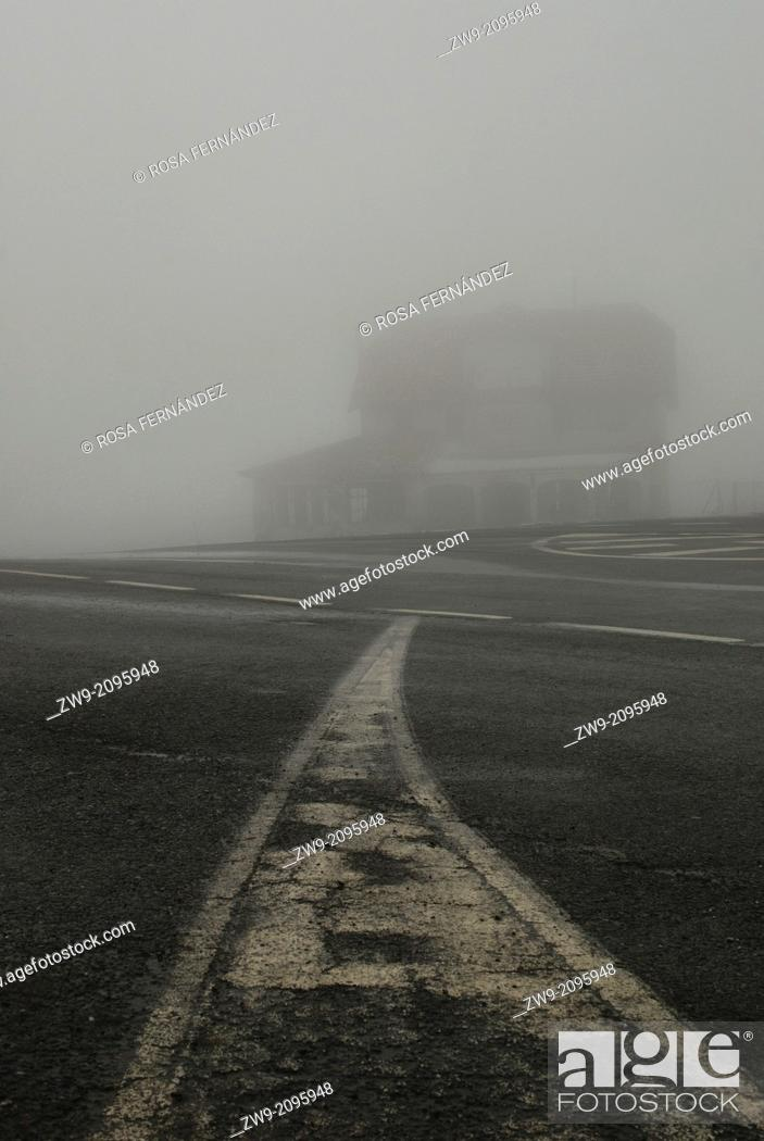 Photo de stock: Old house and road with white lines in the mist, Guadarrama National Park, Region of Madrid, Spain.