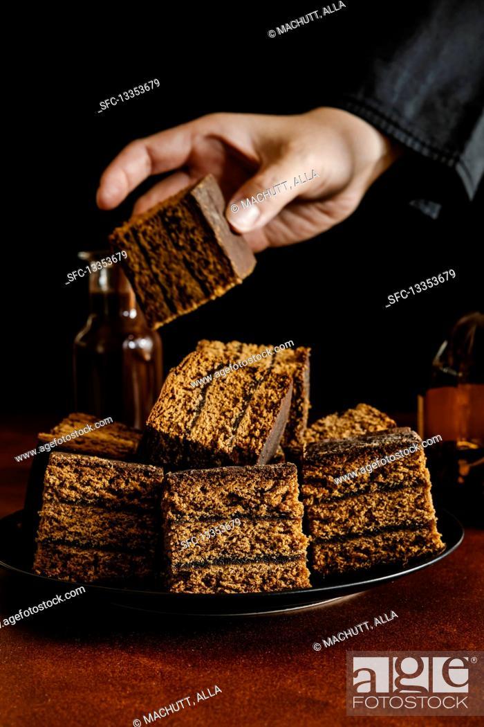 Imagen: Honey gingerbread cake with plum jam filling.