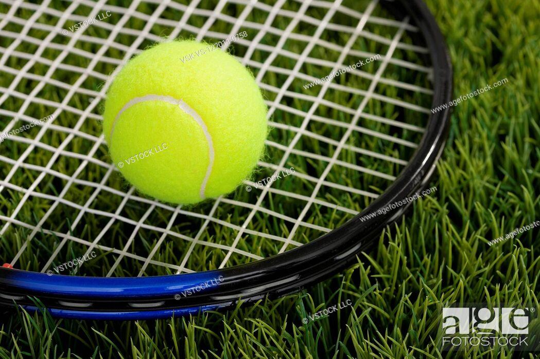 Imagen: USA, Illinois, Metamora, Tennis ball and tennis racket on grass.