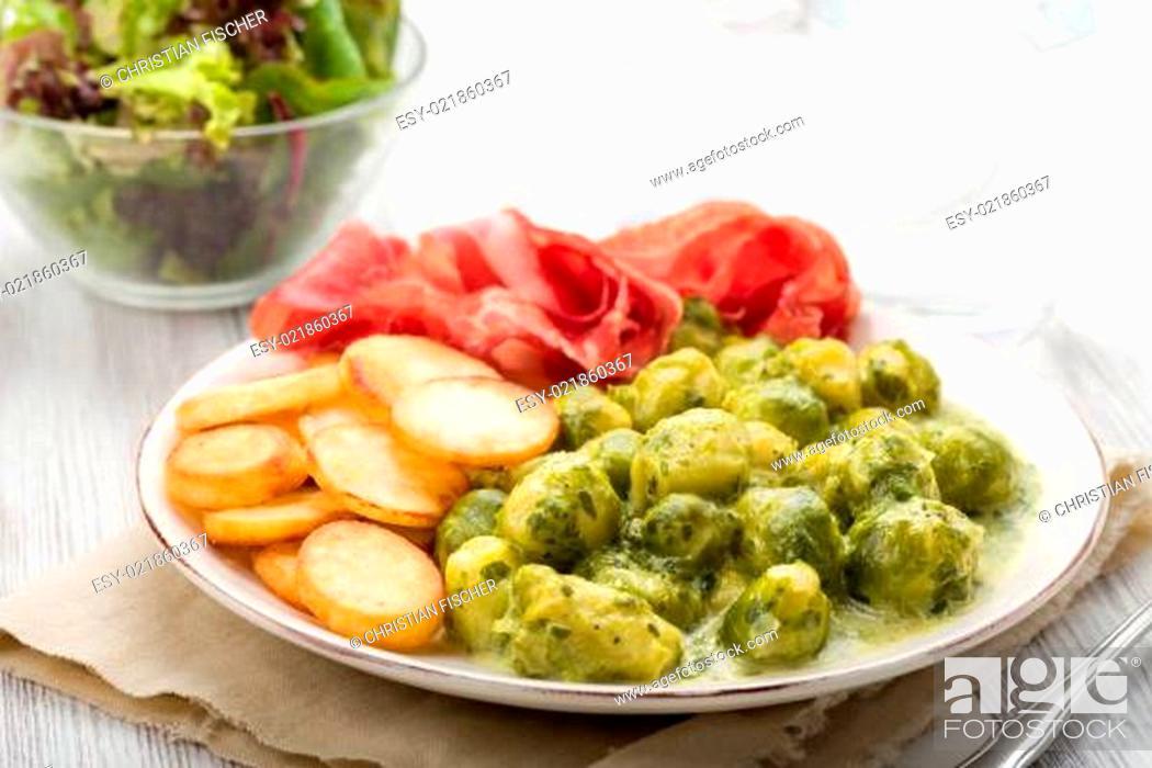 Stock Photo: Rosenkohl mit Bratkartoffeln.