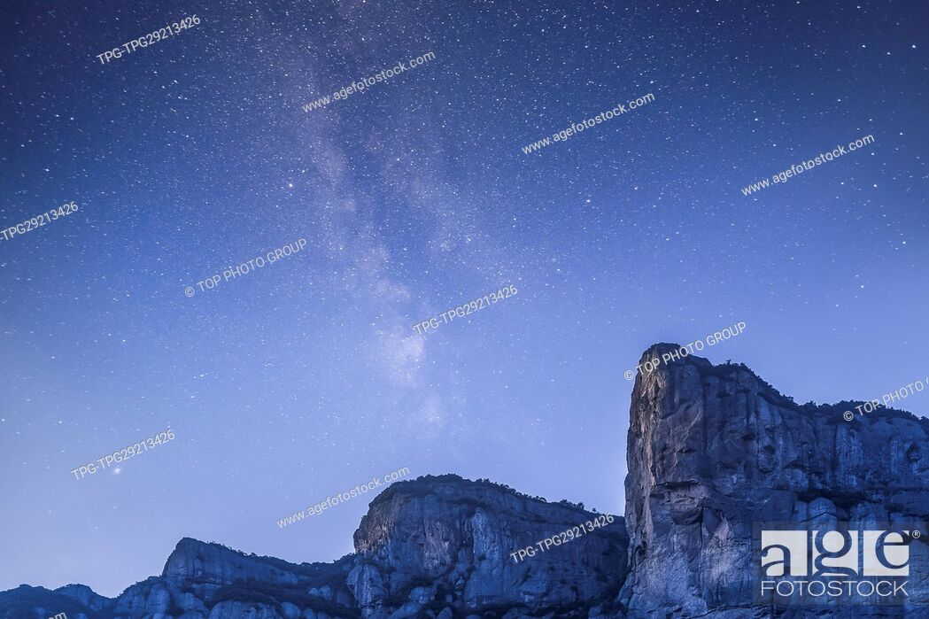 Imagen: Xianju mountain under starry sky.