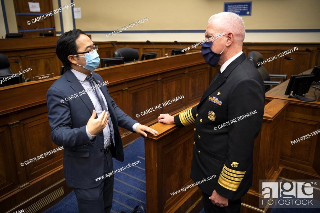 Photo de stock: United States Representative Andy Kim (Democrat of New Jersey), left, speaks with Admiral Brett Giroir, United States Assistant Secretary for Health.