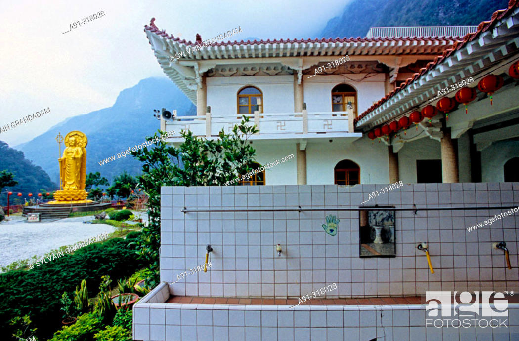 Photo de stock: Hsiang-te Buddhist temple and monastery founded by Lady Venerable Master Ti-Chiao. The Taroko gorge in the Taroko National Park.