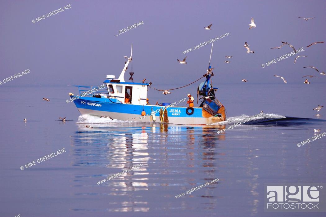 Imagen: Fishing boat followed by gulls, Gulfe de Morbihan, Britanny, France.