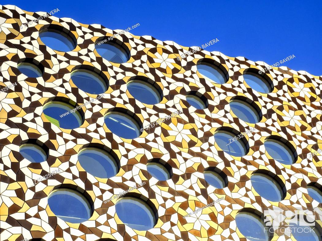 Imagen: Close up of the Ravensbourne University London facade in the Greenwich Peninsula - South East London, England.