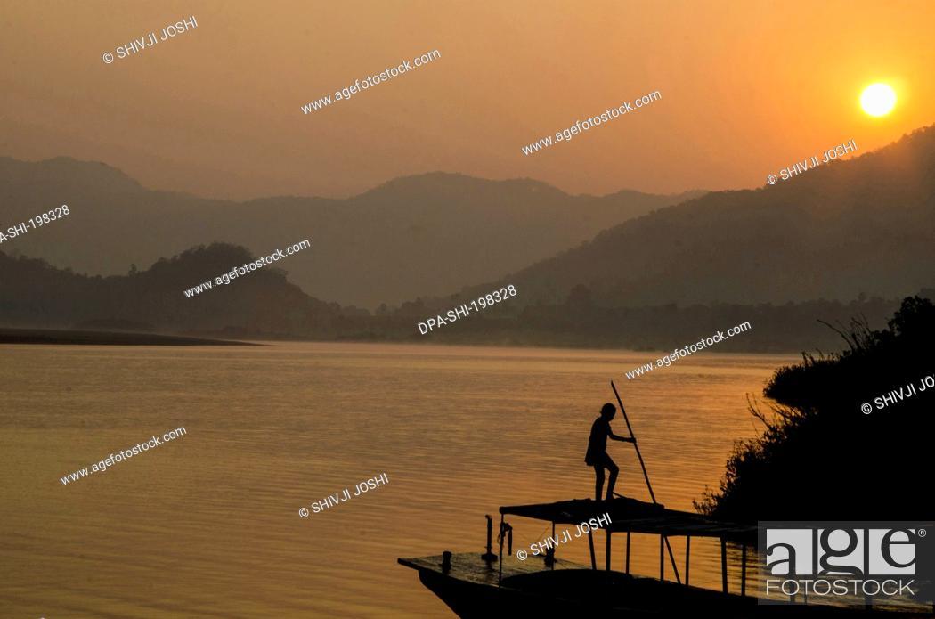 Imagen: Boat godavari river, papikondalu, andhra pradesh, india, asia.