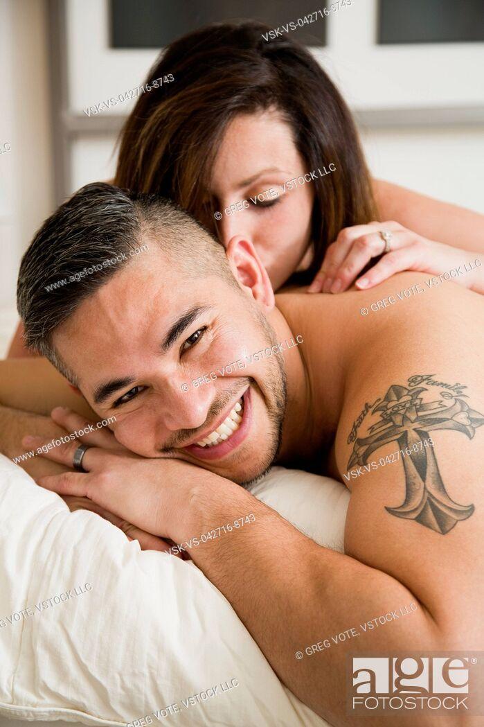 Imagen: Young woman kissing husband.