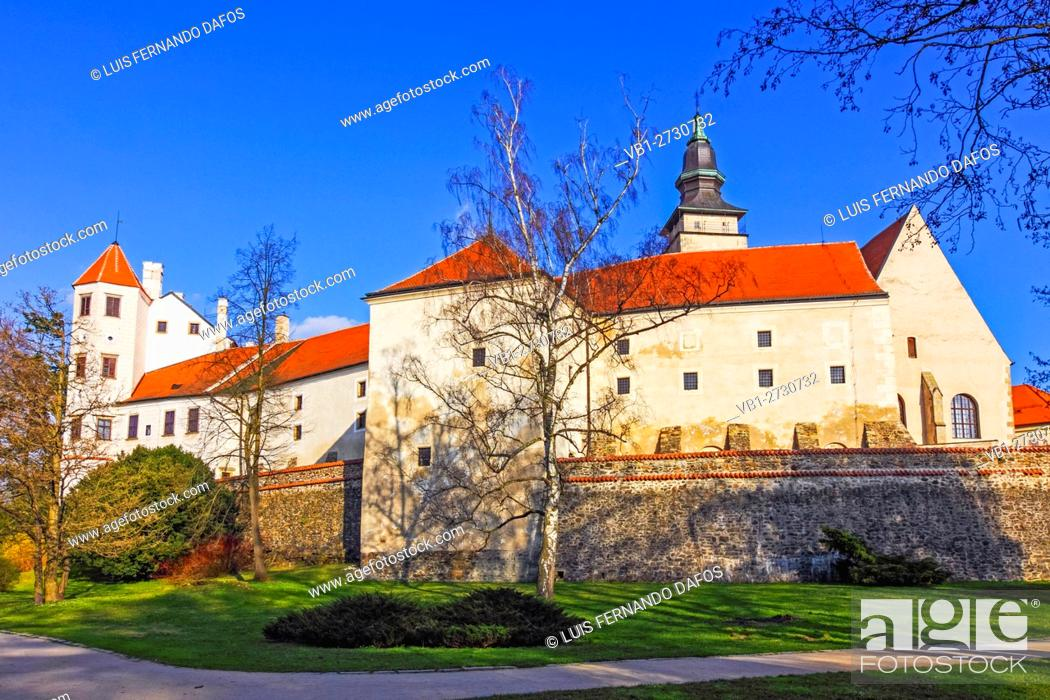 Imagen: Rear view of the Casthe at the Unesco listed town of Telc, Czech Republic.