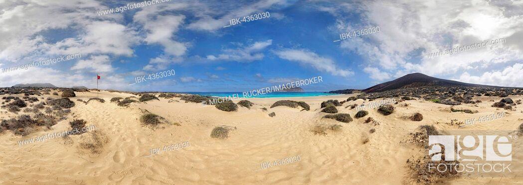 Imagen: Sandy beach of Playa de las Conchas, volcano Monte Bermeja and island Monta Clara in the background, La Graciosa, Lanzarote, Canary Islands, Spain.