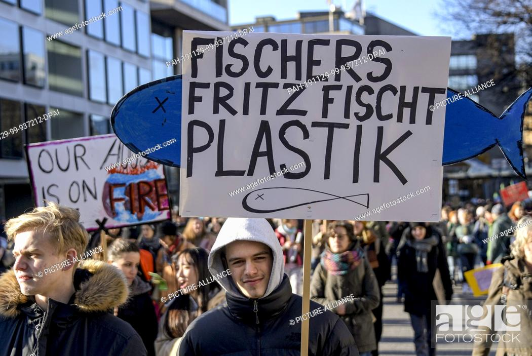 Stock Photo: 29 November 2019, Hamburg: Participants of the Fridays for Future demonstrations gather at the Rödingsmarkt. From 2 to 13 December 2019.
