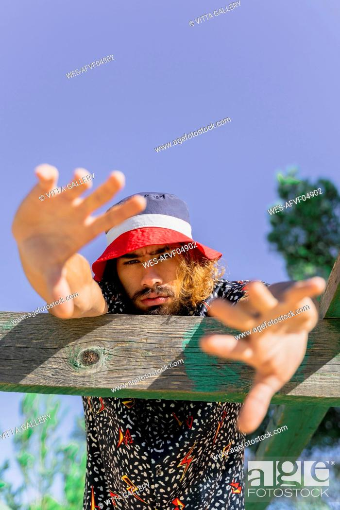 Imagen: Portrait of bearded young man wearing cap.