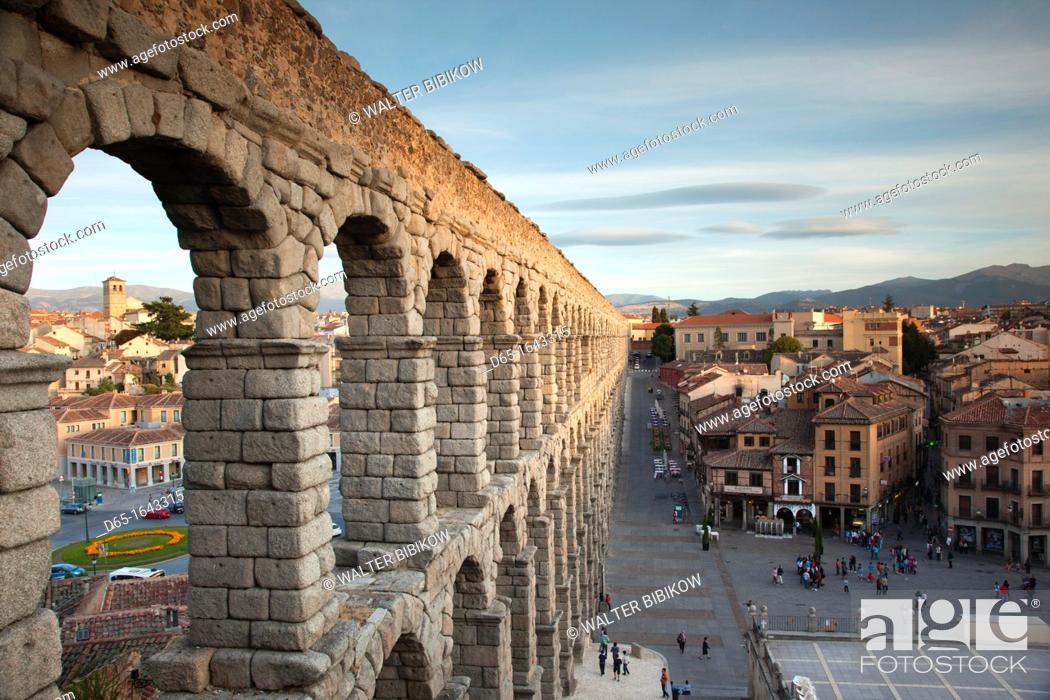Imagen: Spain, Castilla y Leon Region, Segovia Province, Segovia, town view over Plaza Azoguejo with El Acueducto, Roman Aqueduct, late afternoon.