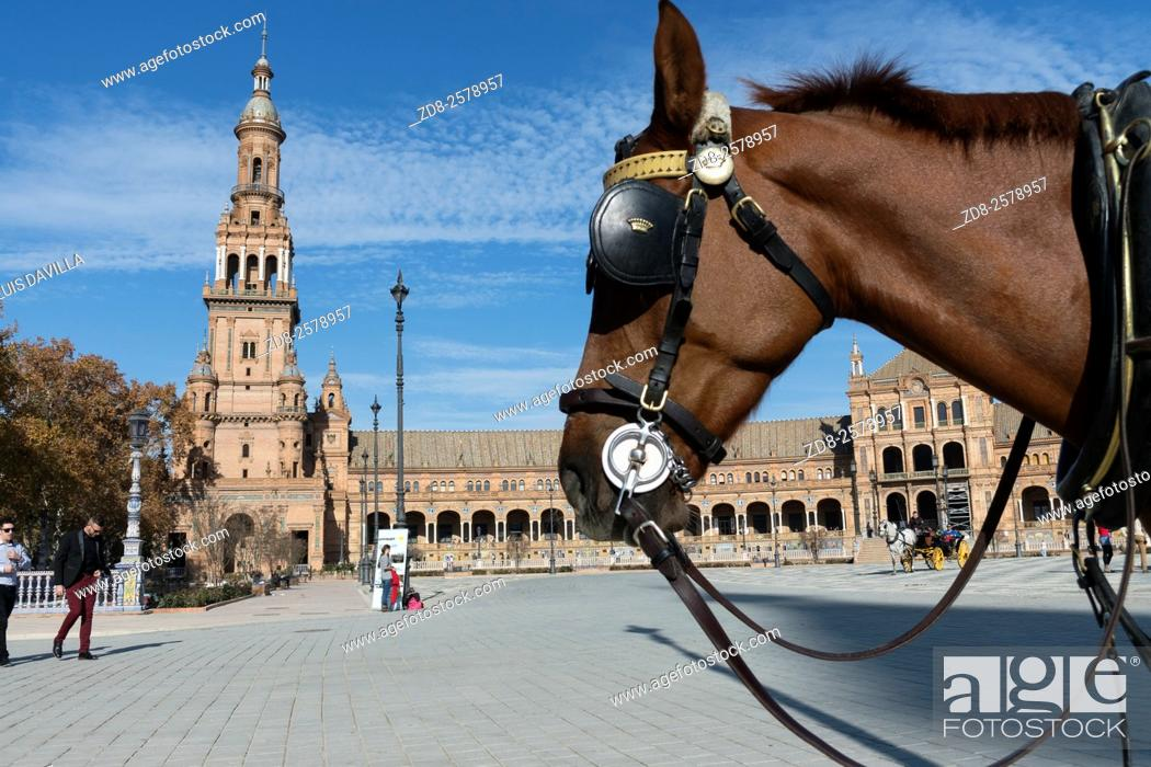 Imagen: Plaza de España in Seville, Spain, a square built in 1928 for the Ibero-Amercian Exposition of 1929 in Regionalism style.