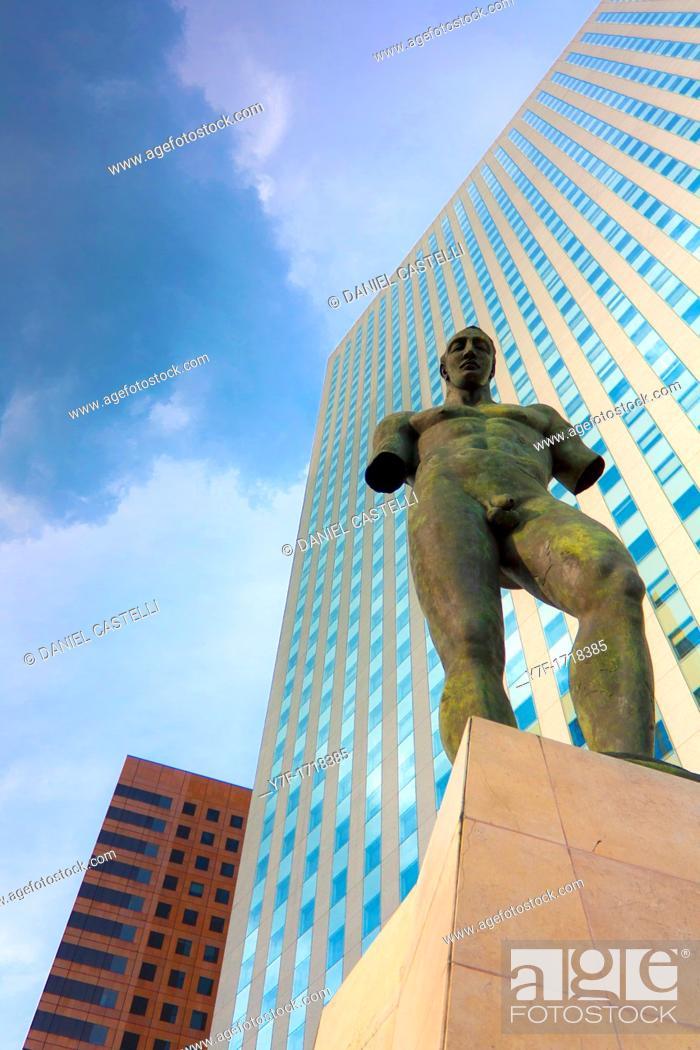 Imagen: Nude man modern sculpture, Business district, Paris La Défense.