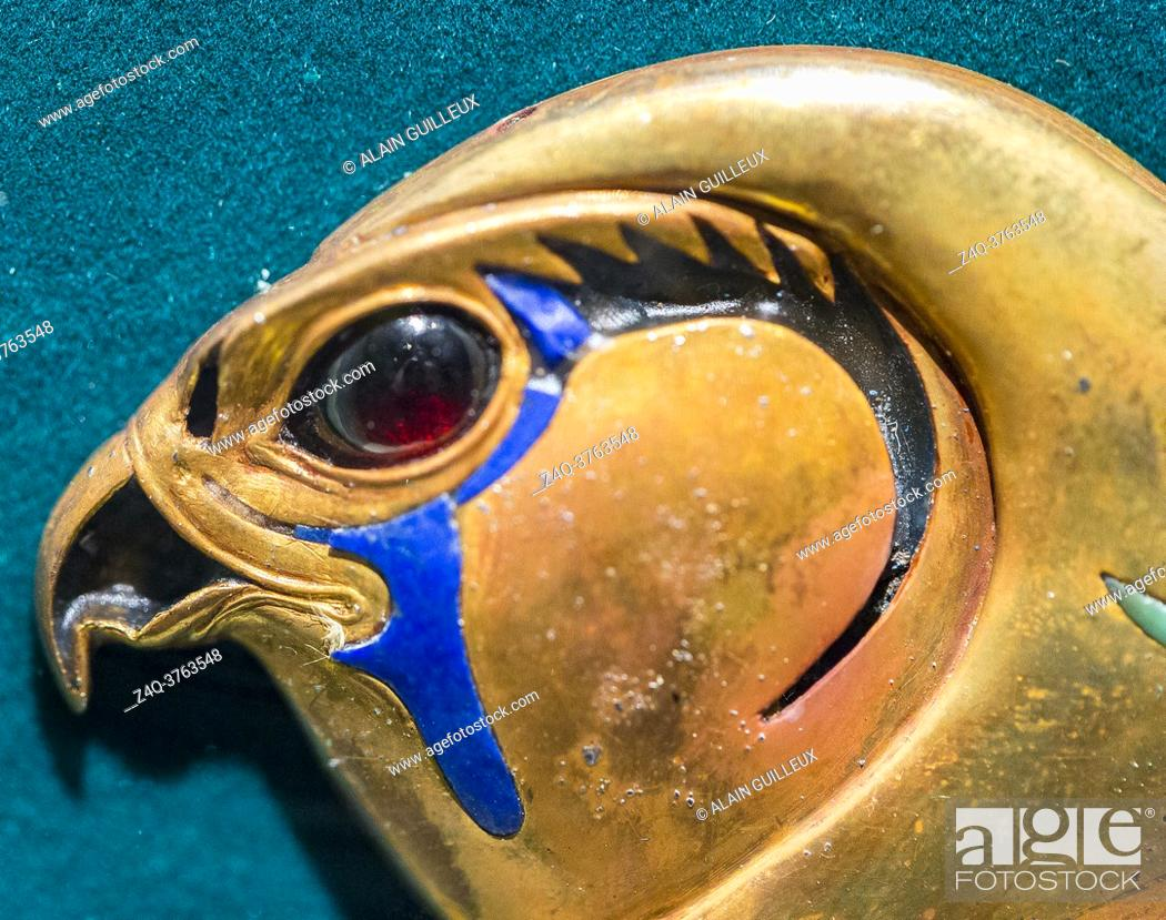 Imagen: Egypt, Cairo, Egyptian Museum, from the tomb of Khnumit, daughter of Amenemhat 2, Dashur : Clasp, in the shape of a hawk head, of large collar (Usekh collar).