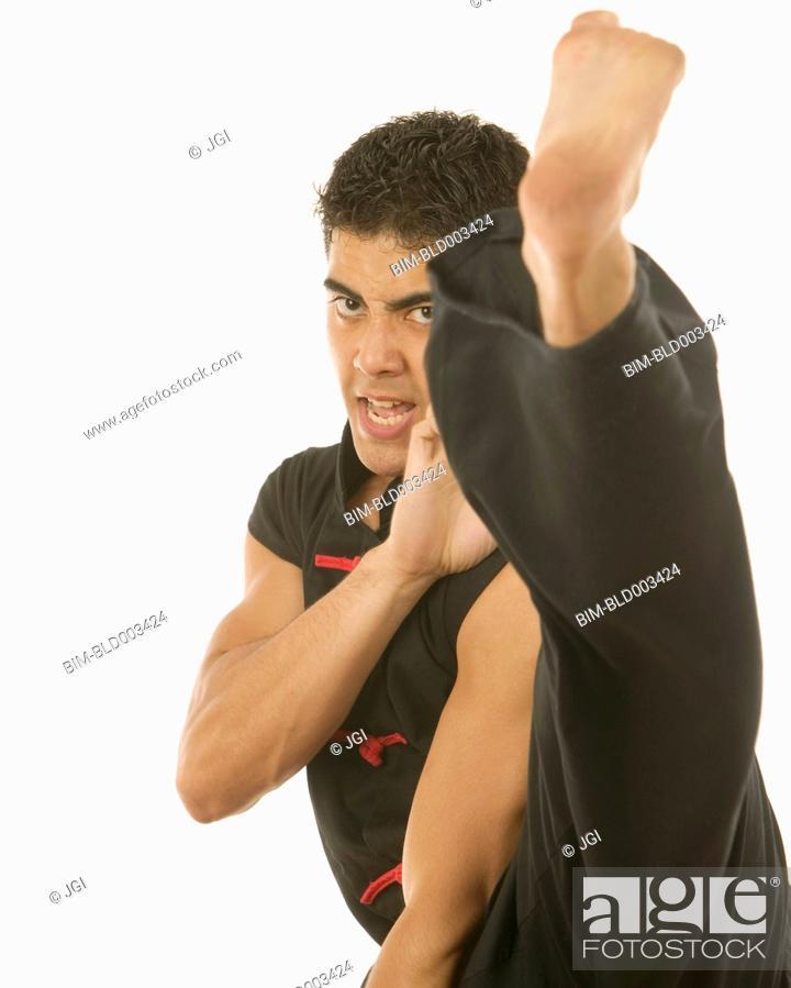 Imagen: Portrait of man kick boxing.