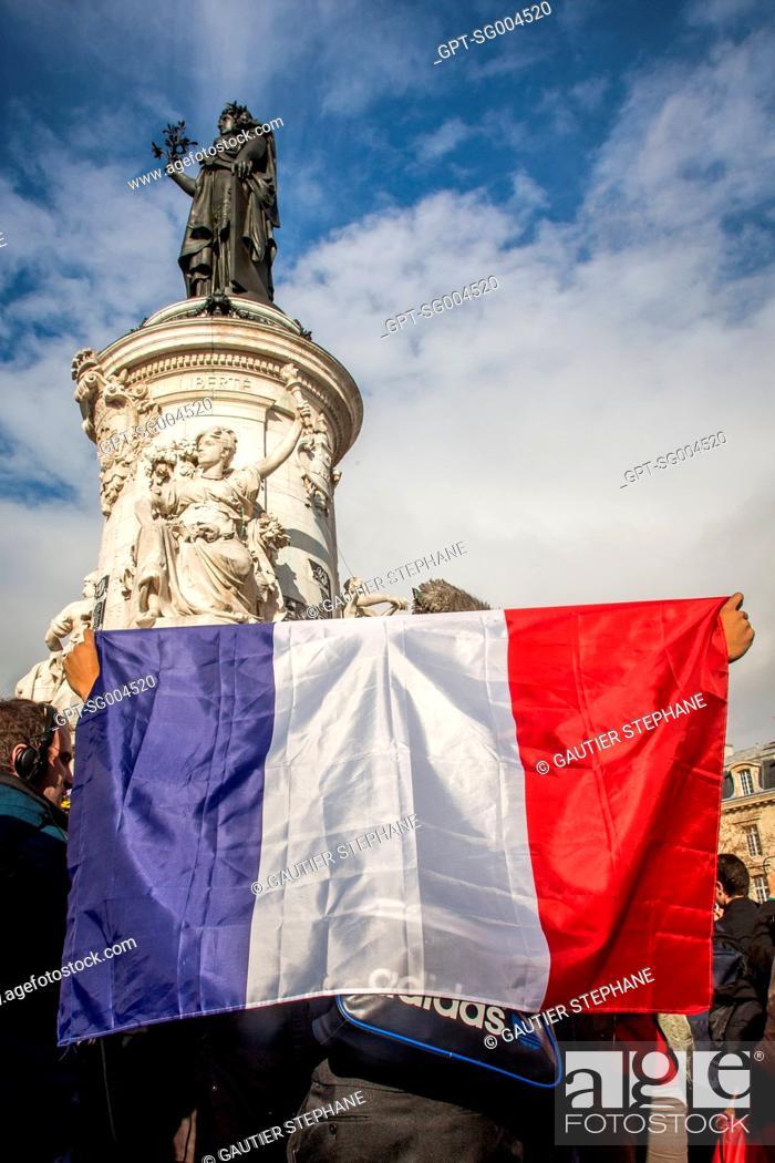 Stock Photo: PARISIANS PAYING HOMAGE TO THE VICTIMS OF THE TERRORIST ATTACKS, PLACE DE LA REPUBLIQUE, NOVEMBER 16, 2015, PARIS (75), FRANCE.
