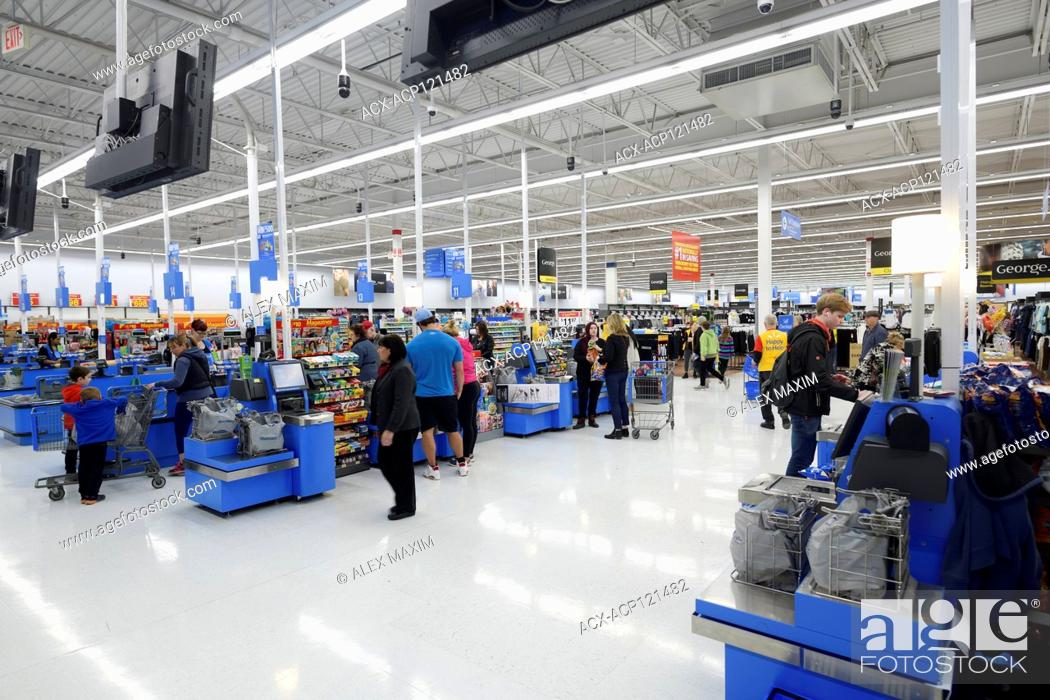 Imagen: Self-checkout counters, self-service checkout section at Walmart store. British Columbia, Canada 2017.