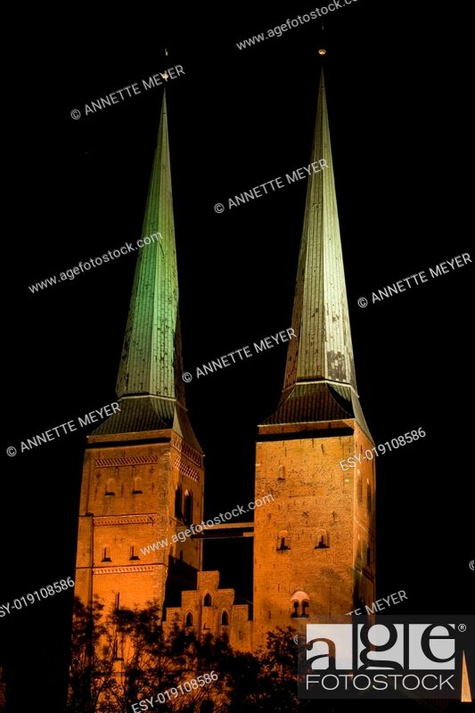 Stock Photo: Lübecker Dom bei Nacht.