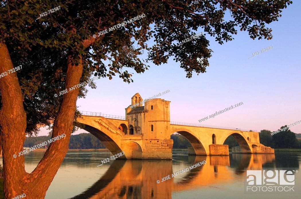 Stock Photo: Saint Benezet bridge over Rhone river, Avignon. Vaucluse, Provence-Alpes-Côte d'Azur, Rhone valley, Provence, France.