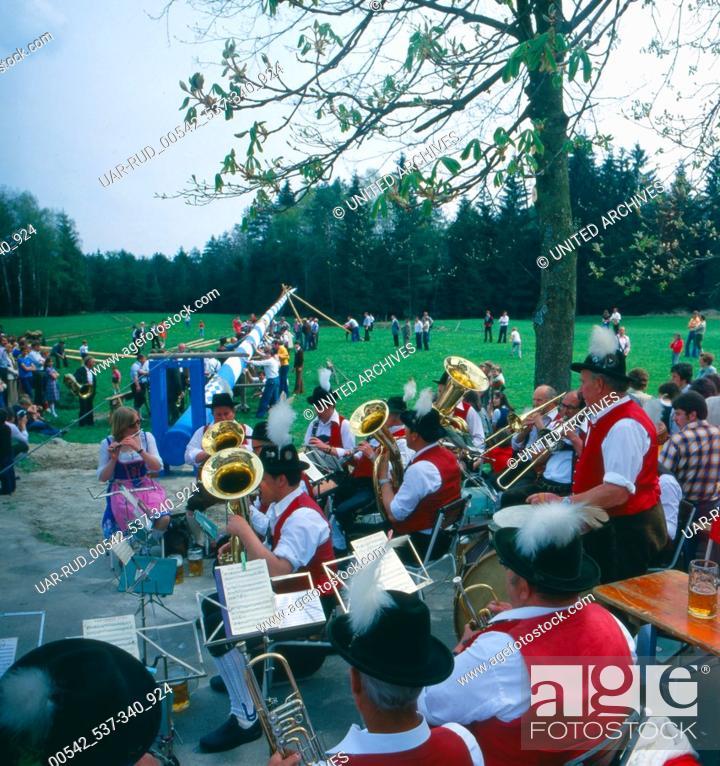 Stock Photo: Eine Maifeier in Oberbayern, Bayern, Deutschland 1980er Jahre. A May Day celebrations in Upper Bavaria, Bavaria, Germany 1980s.