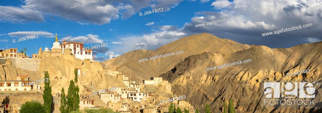 Imagen: panoramic view of Lamayuru monastery in Ladakh, India.
