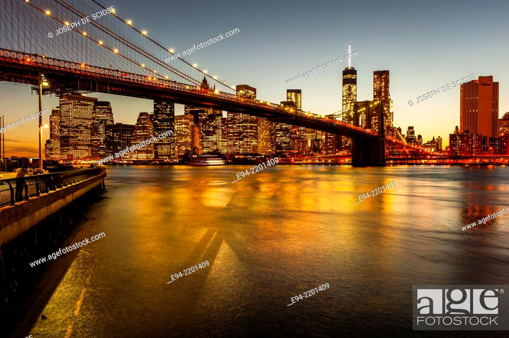 Imagen: The Brooklyn Bridge, the East River and the Finanancial District with the new World Trade Center building , New York City at Sunset.