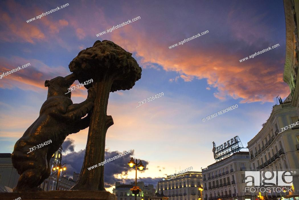 Photo de stock: Statue of Bear and strawberry tree symbol of Madrid in Puerta del Sol square in the city centre, Madrid, Spain.