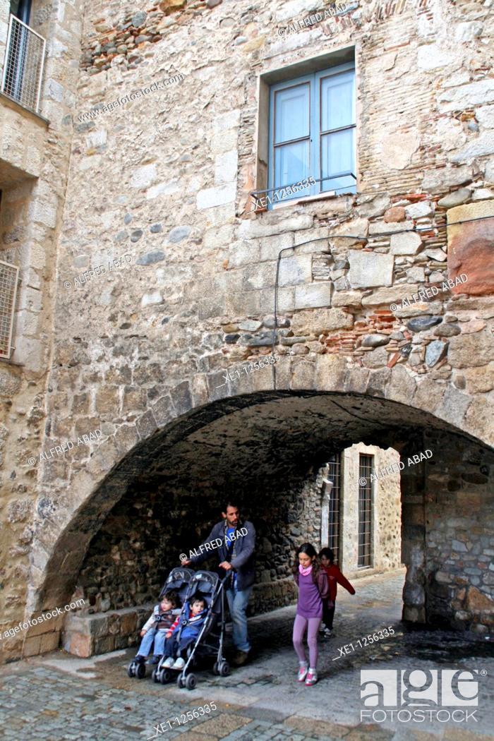 Stock Photo: Stone arch, Girona, Catalonia, Spain.