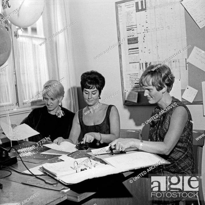 """Imagen: In der Redaktion zur Silvestershow """"""""Ab morgen haben wir Humor"""""""", Regie: Harald Vock, Deutschland 1960er Jahre. At the editorial office to new year's eve TV."""