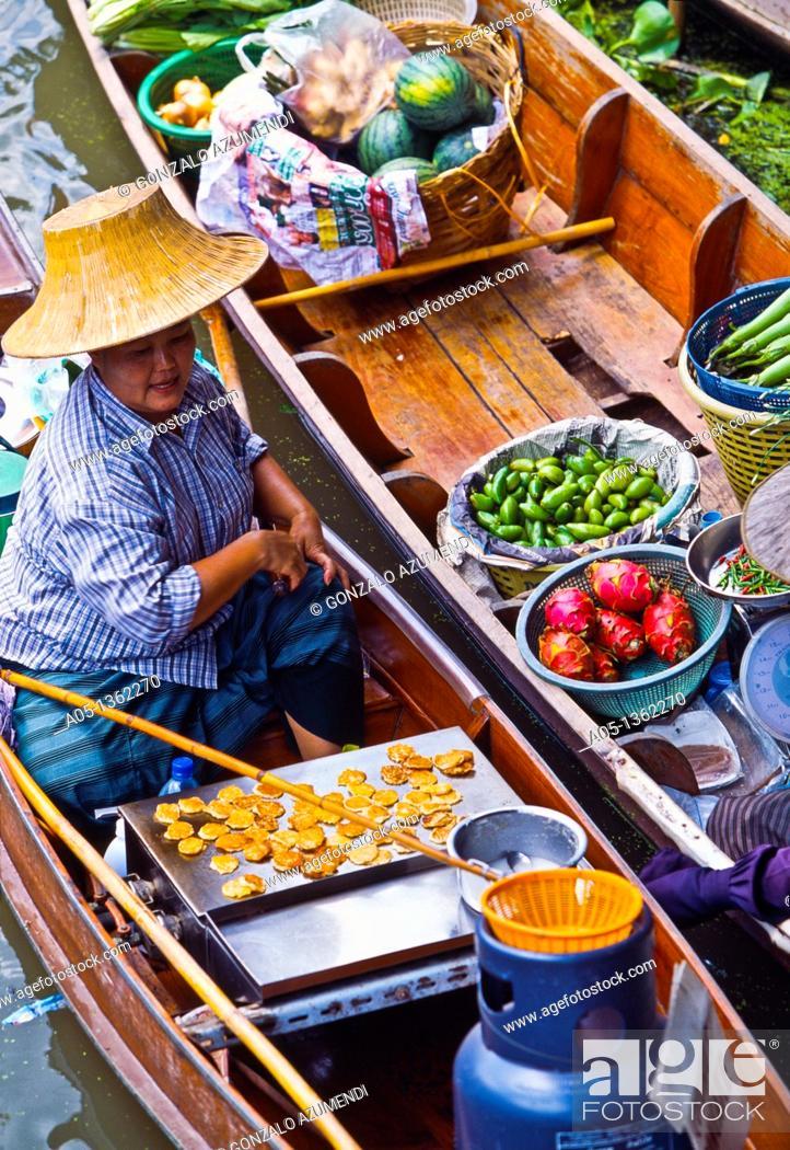 Stock Photo: Food sellers in Damnoen Saduak floating market, 100 km away from Bangkok Thailand.