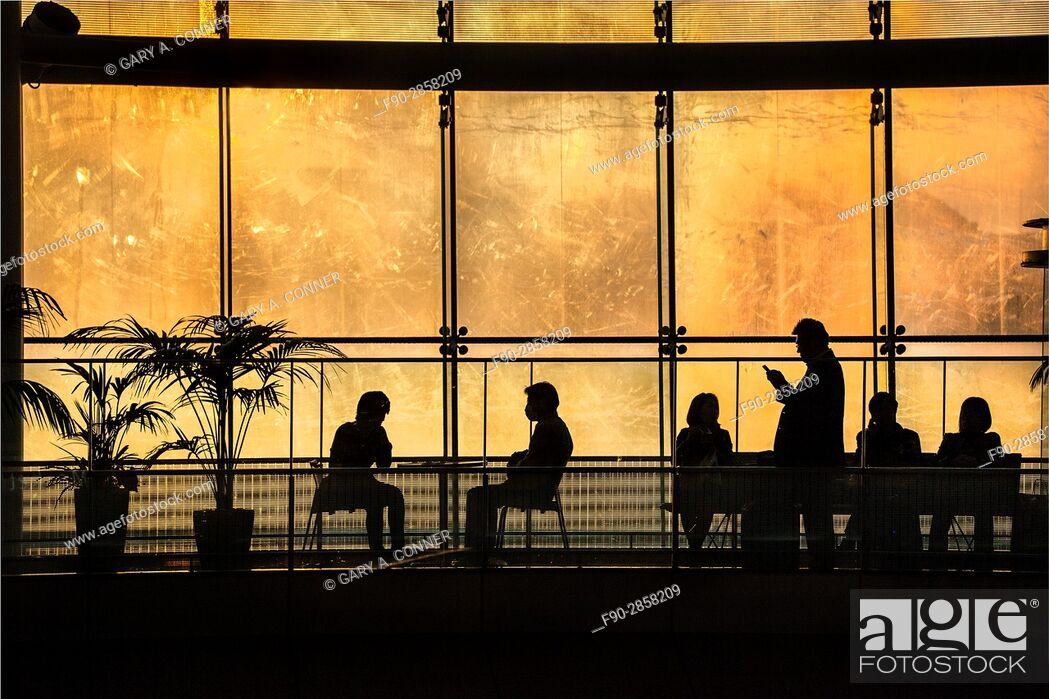 Imagen: Passengers waiting for flights at Haneda Airport, Tokyo, Japan.