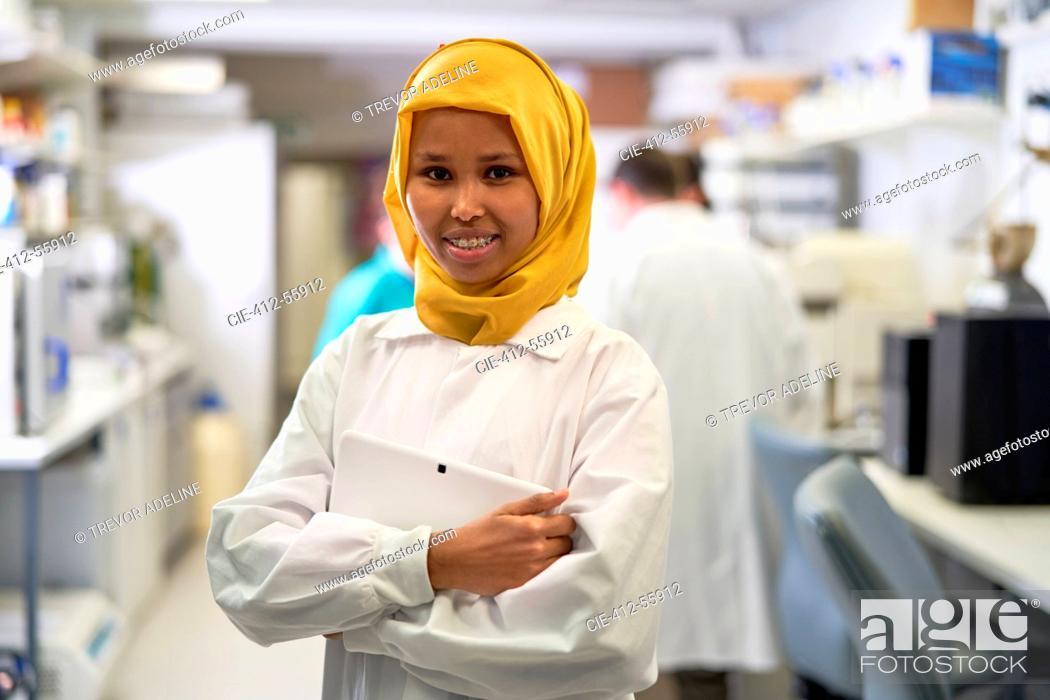 Imagen: Portrait confident female scientist in hijab working in laboratory.