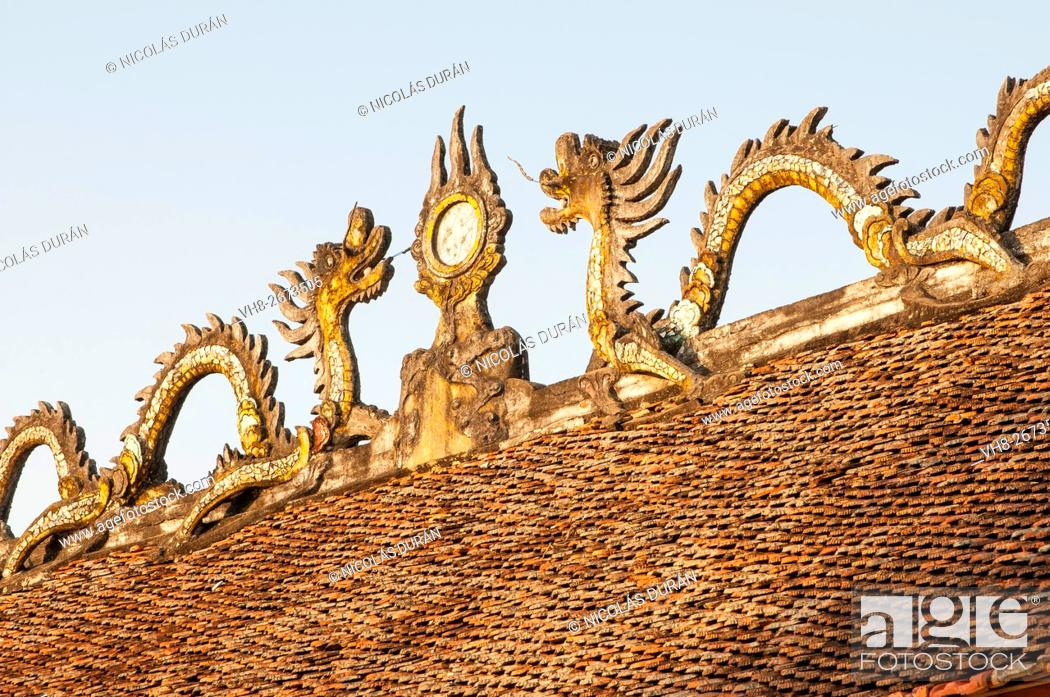 Stock Photo: Dragons on temple roof. Vietnam.