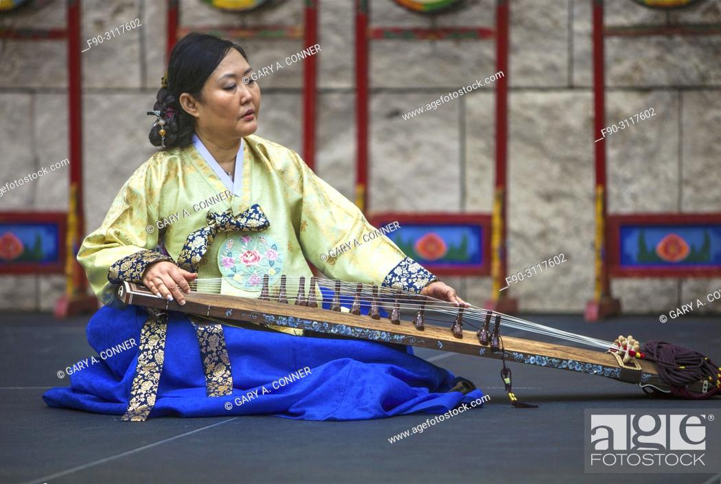 Imagen: Musician plays gayageum, traditional instrument, at Korean Festival, Getty Center, Los Angeles CA.