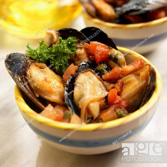Imagen: Spanish mussels steamed in a spicy tomato sauce.