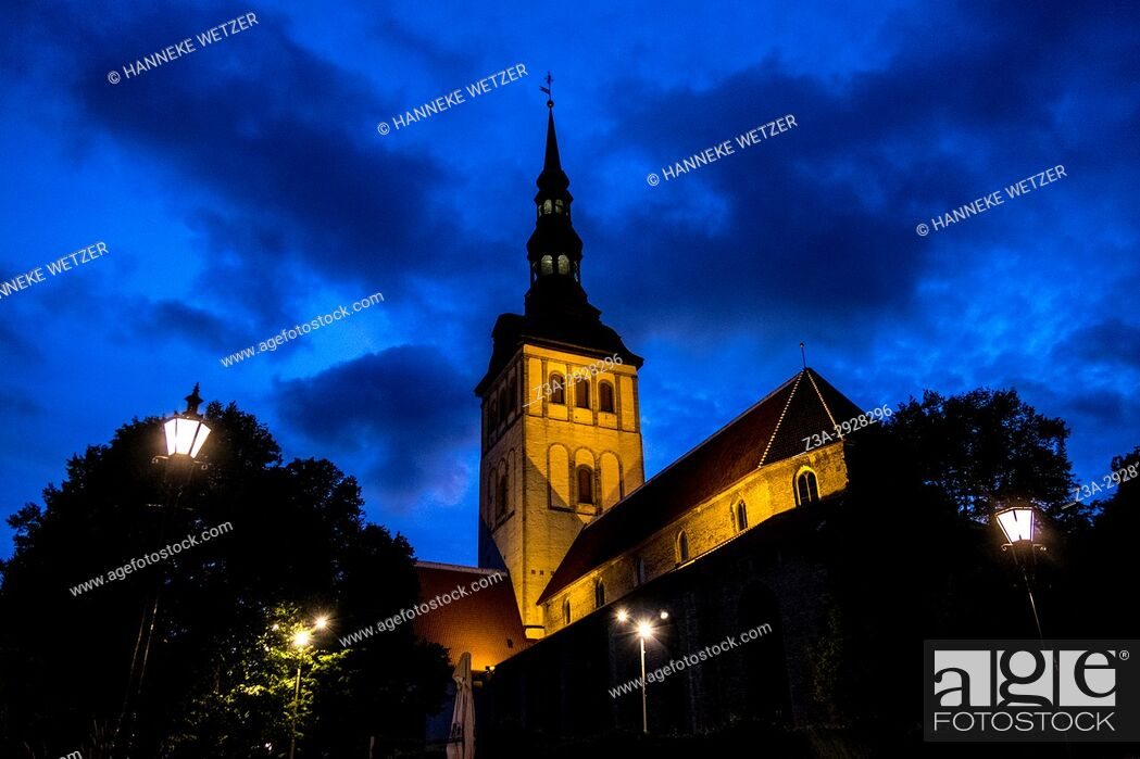 Photo de stock: St. Olaf's Church in Tallinn by night, Estonia, Europe.