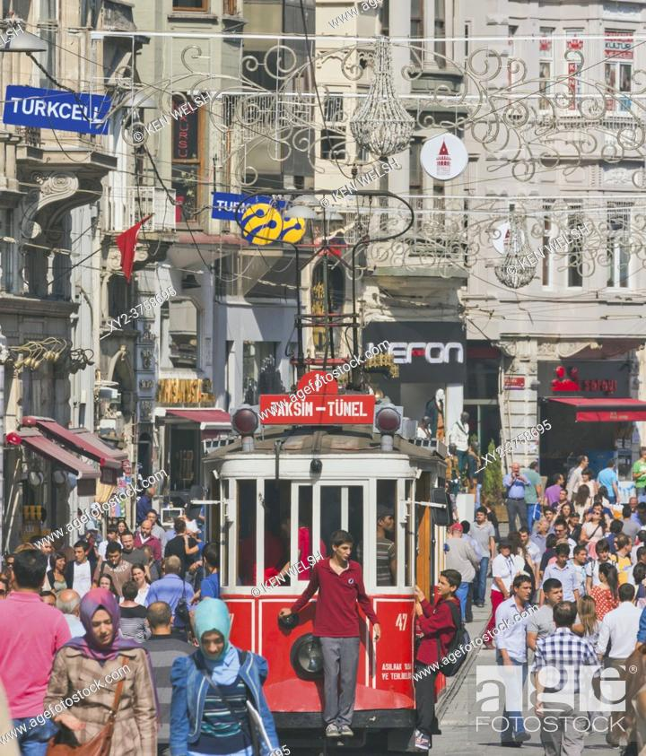 Imagen: Istanbul, Turkey. The Tünel to Taksim Square Nostalgic Tram in Istiklal Caddesi, one of Istanbul's main shopping streets.