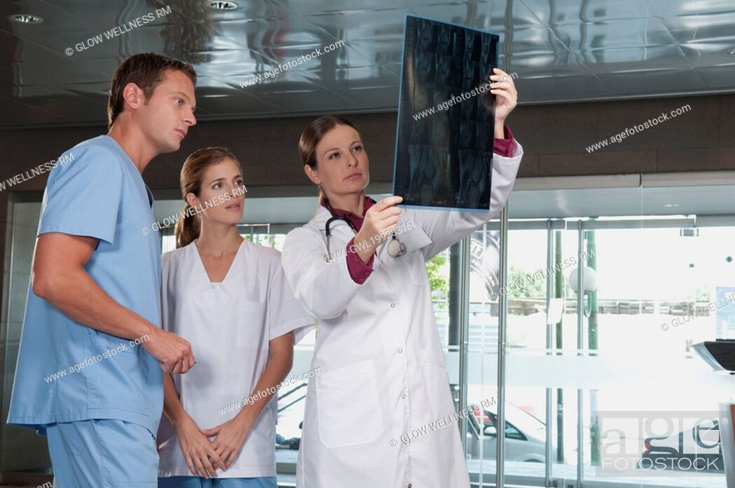Imagen: Doctor showing MRI scan to medical attendants.