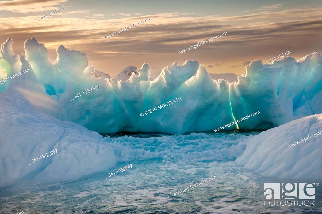Imagen: Iceberg backlit by setting sun, Cierva Cove, Antarctic Peninsula.