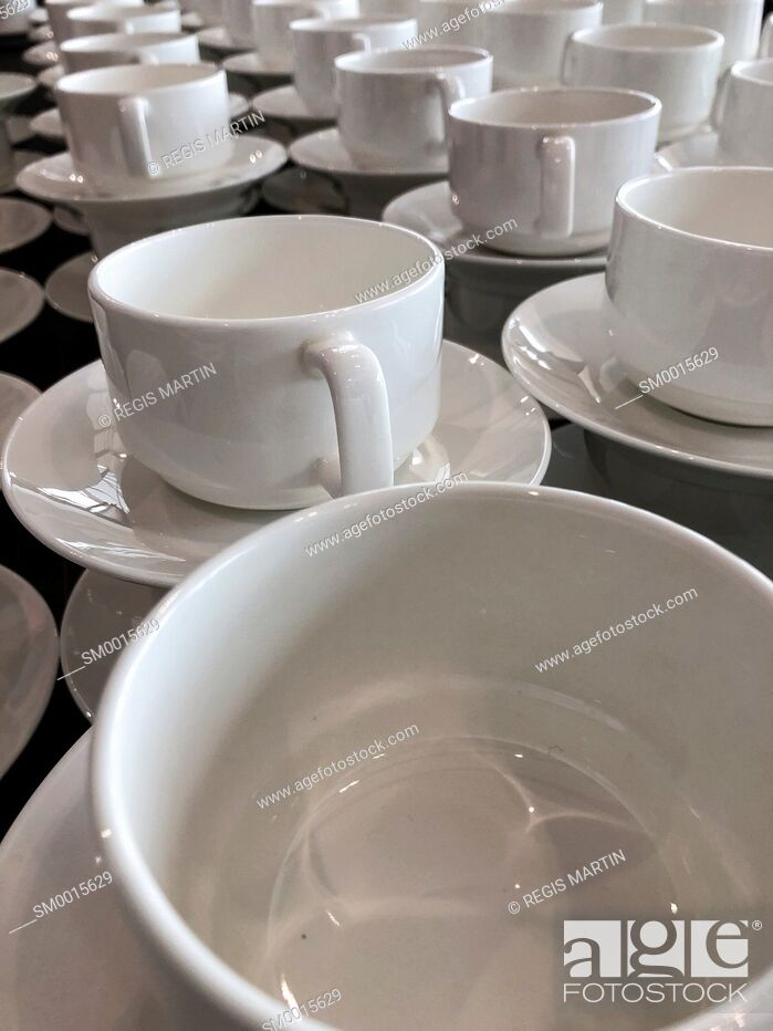 Imagen: White empty ceramic cups at a buffet.