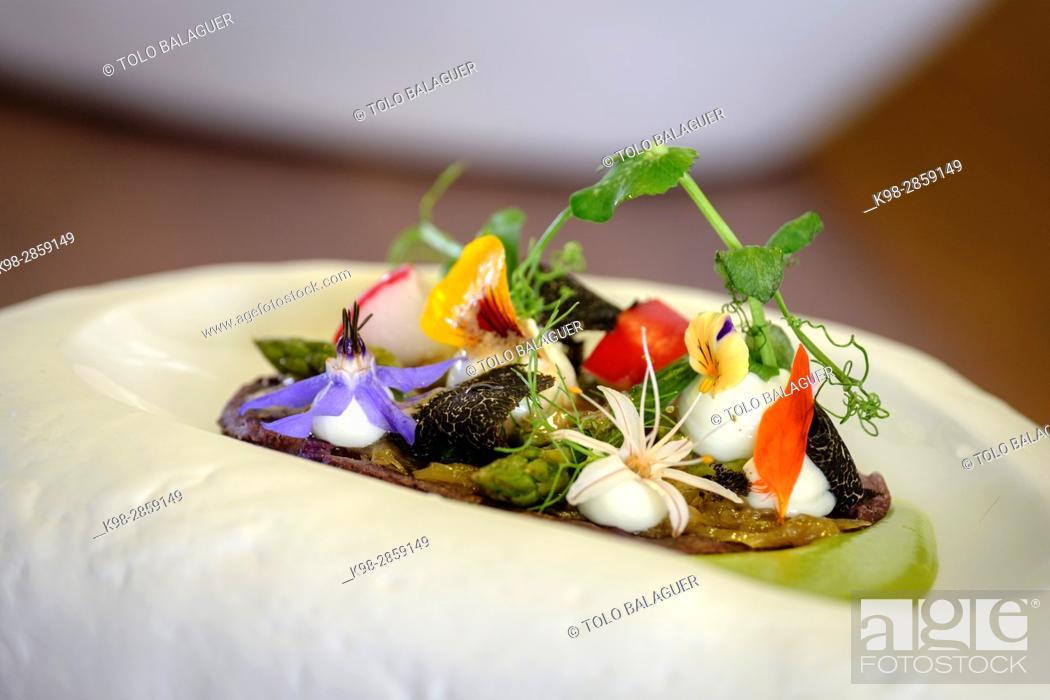 Stock Photo: coca de maiz morado, con guisantes esparragos y queso, Restaurante y petit Hotel Daica, Llubí, Mallorca, balearic islands, spain.