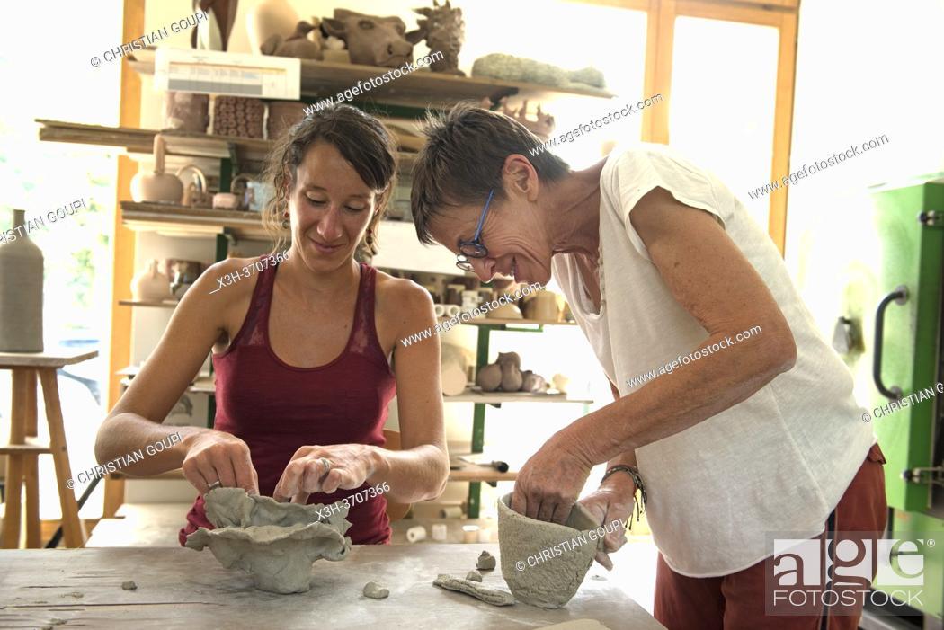 Photo de stock: Atelier d'initiation anime par la ceramiste-sculpteur Dominique Coenen, Centre de ceramique contemporaine, Village de La Borne, departement du Cher.