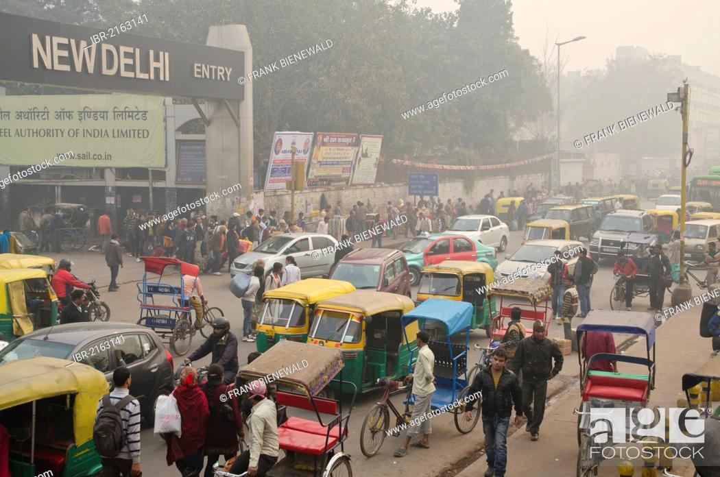 Imagen: Chaotic street scene in front of New Delhi Railway Station, New Delhi, India, Asia.