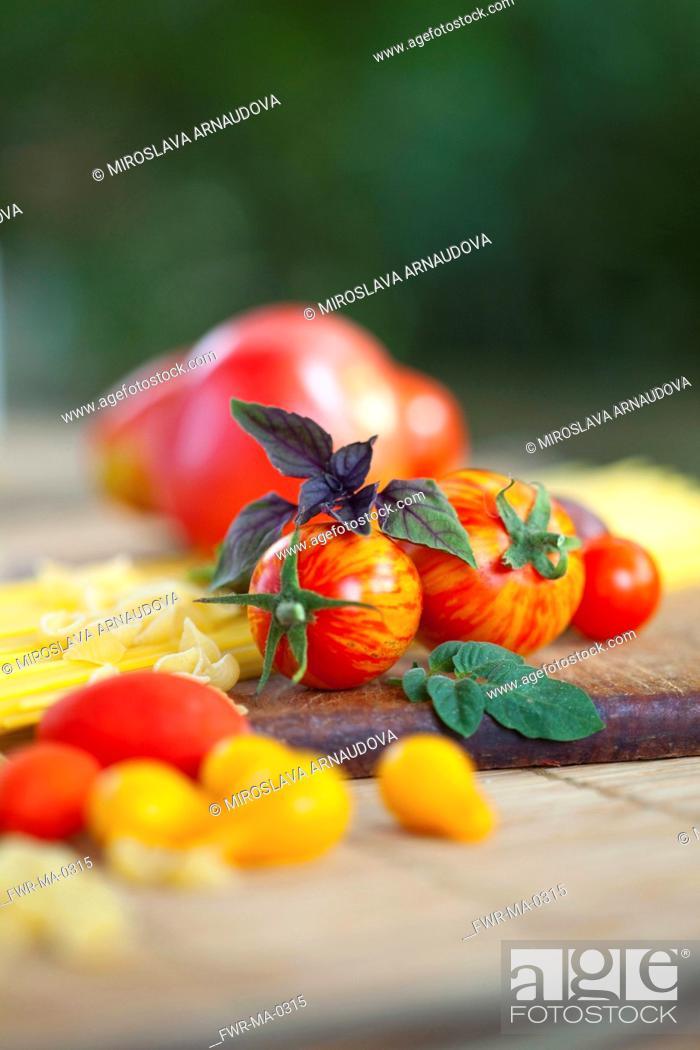 Imagen: Tomato, Lycopersicon esculentum , Studio shot or red tomoatoes on wooden board.