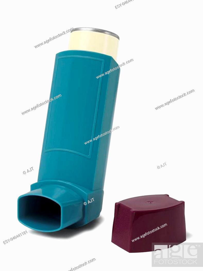 Imagen: Asthma inhaler isolated on white background.
