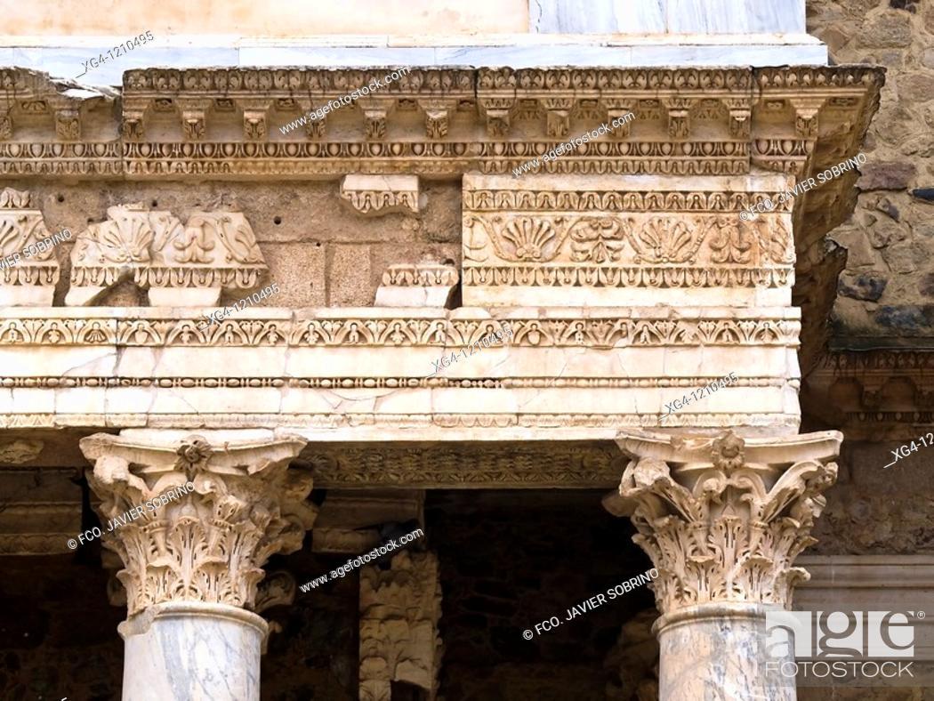 Stock Photo: Entablamento con arquitrabe y columnas con capitel corintio del Teatro romano de Mérida - Ruinas de la ciudad romana de Emérita Augusta.