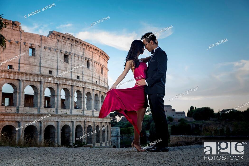 Imagen: Couple at colosseum. Rome. Italy.