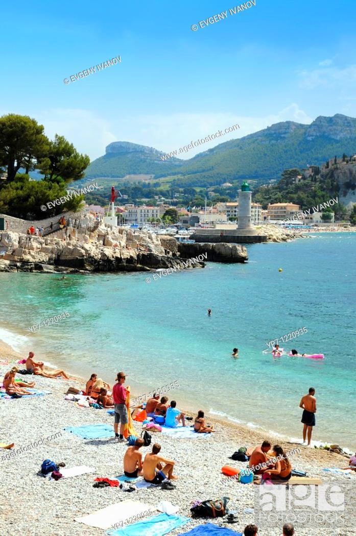 Imagen: People bathing in Cote de Azur public beach  Riviera seashore in Nice, France.