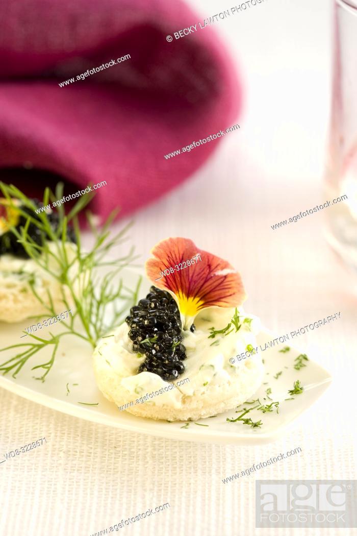 Stock Photo: Canapé de caviar y queso fresco / Canapé of caviar and fresh cheese.